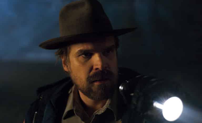 Postava Hoppera (Davida Harboura) prechádza v seriáli novými teritóriami