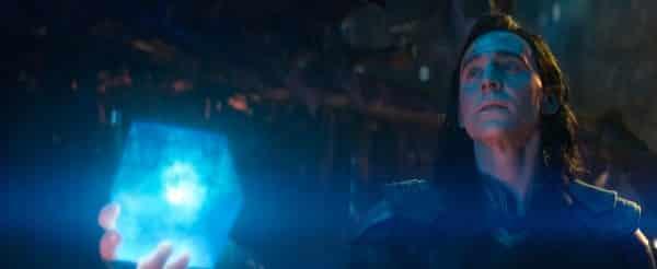 Loki ponúka Thanosovi Tesseract (Kameň priestoru)