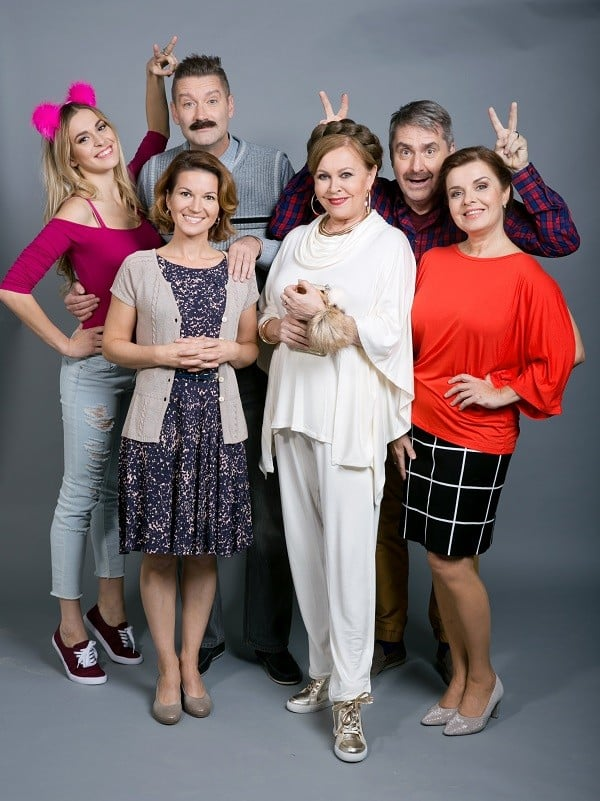 Oficiálna fotka hlavných postáv štvrtej série seriálu Susedia