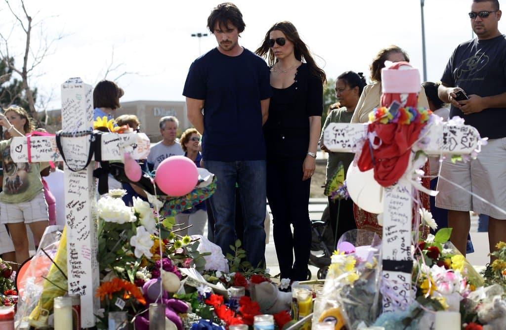 Christian Bale aj s manželkou v Aurore pri pomníku venovanému obetiam