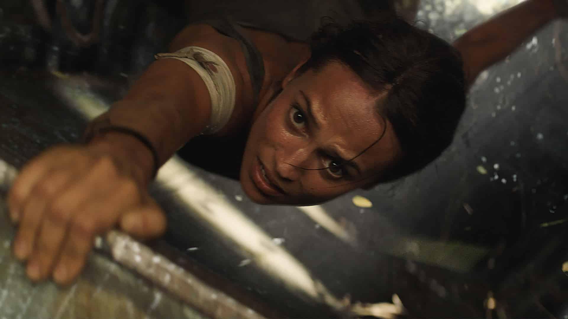 Alicia Vikander podáva fantastický výkon a naplno zosobňuje túto ikonickú hrdinku