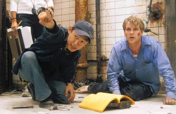 Režisér James Wan (vľavo) a herec Cary Elwes (na pravo) na pľace filmu Saw