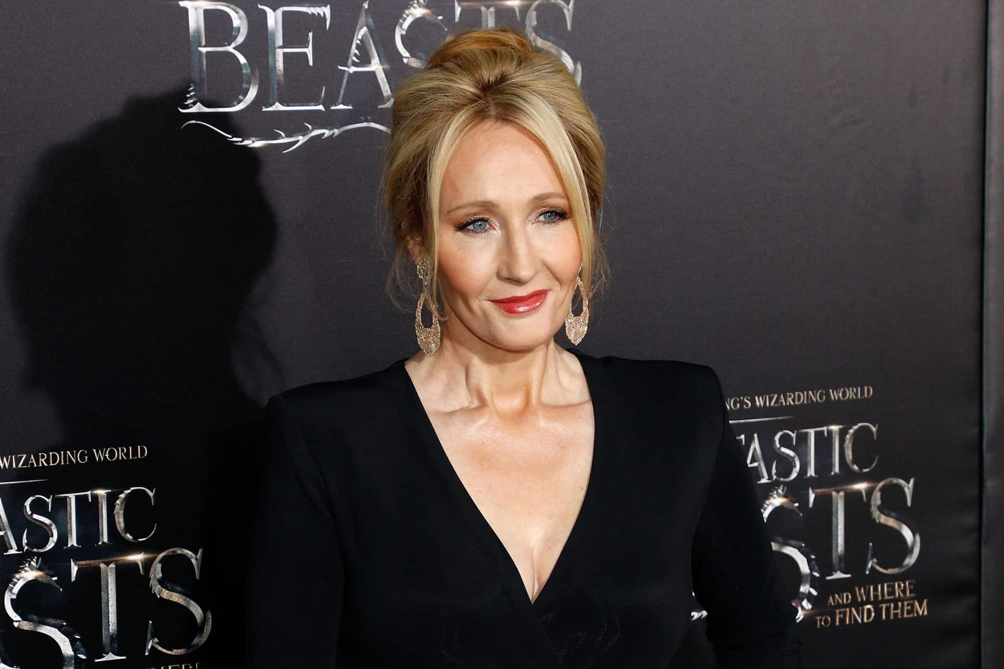 Spisovateľka knižnej série Harry Potter a scenáristka filmovej série Fantastické Zvery, J.K. Rowlingová