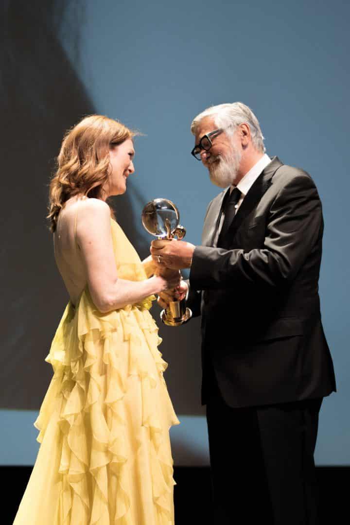 Julianne Moore pri odovzdaní ceny s Jiřím Bartoškom