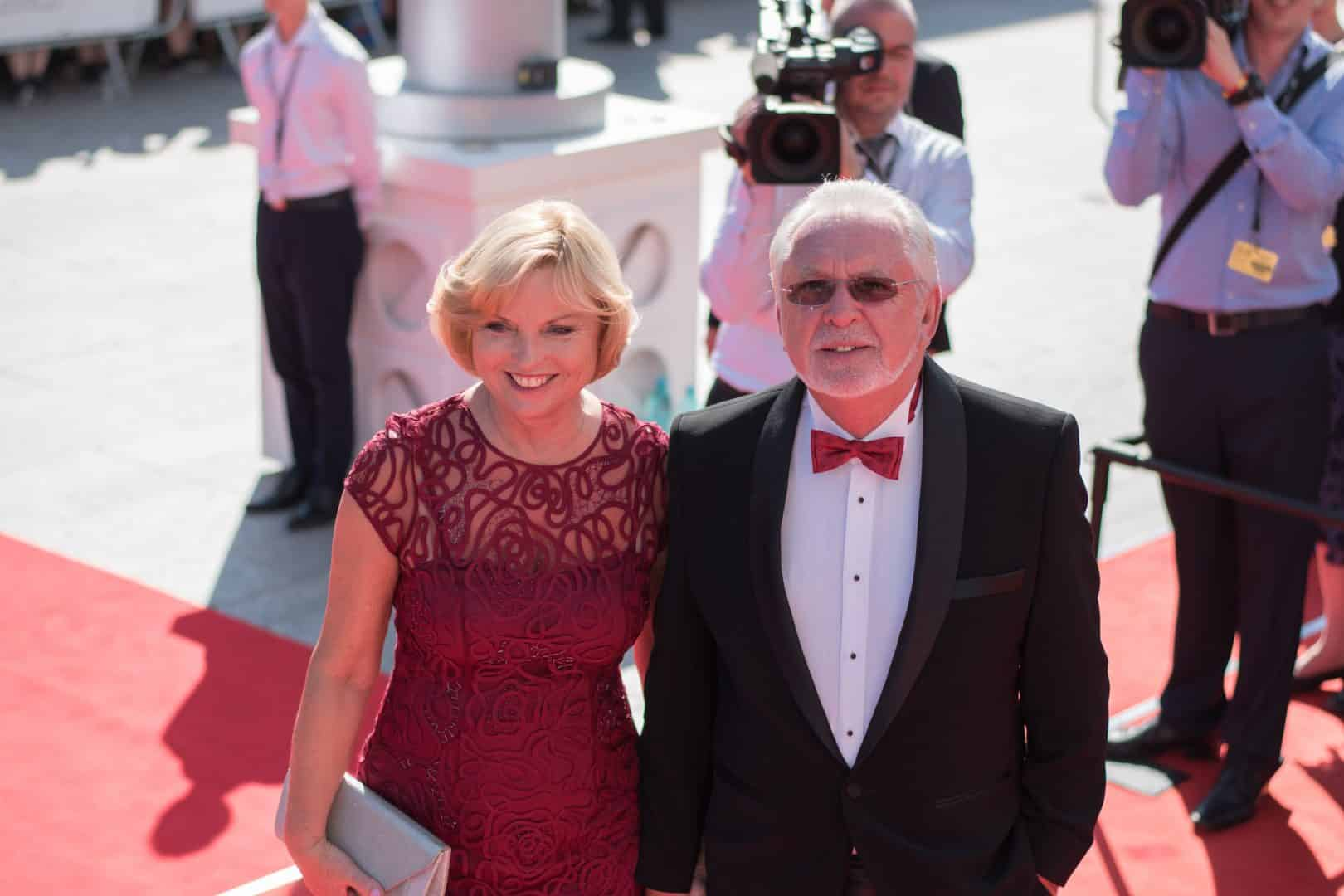 Jaromír Hanzlík s partnerkou.