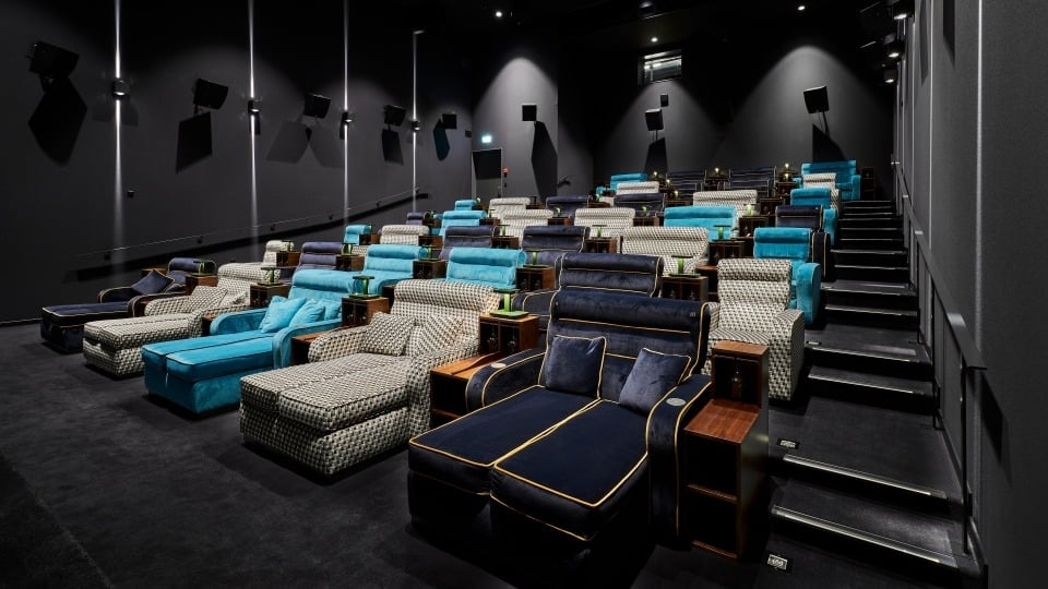 Kino s posteľami miesto sedačiek