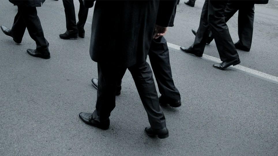 ľudia chodia po chodníku