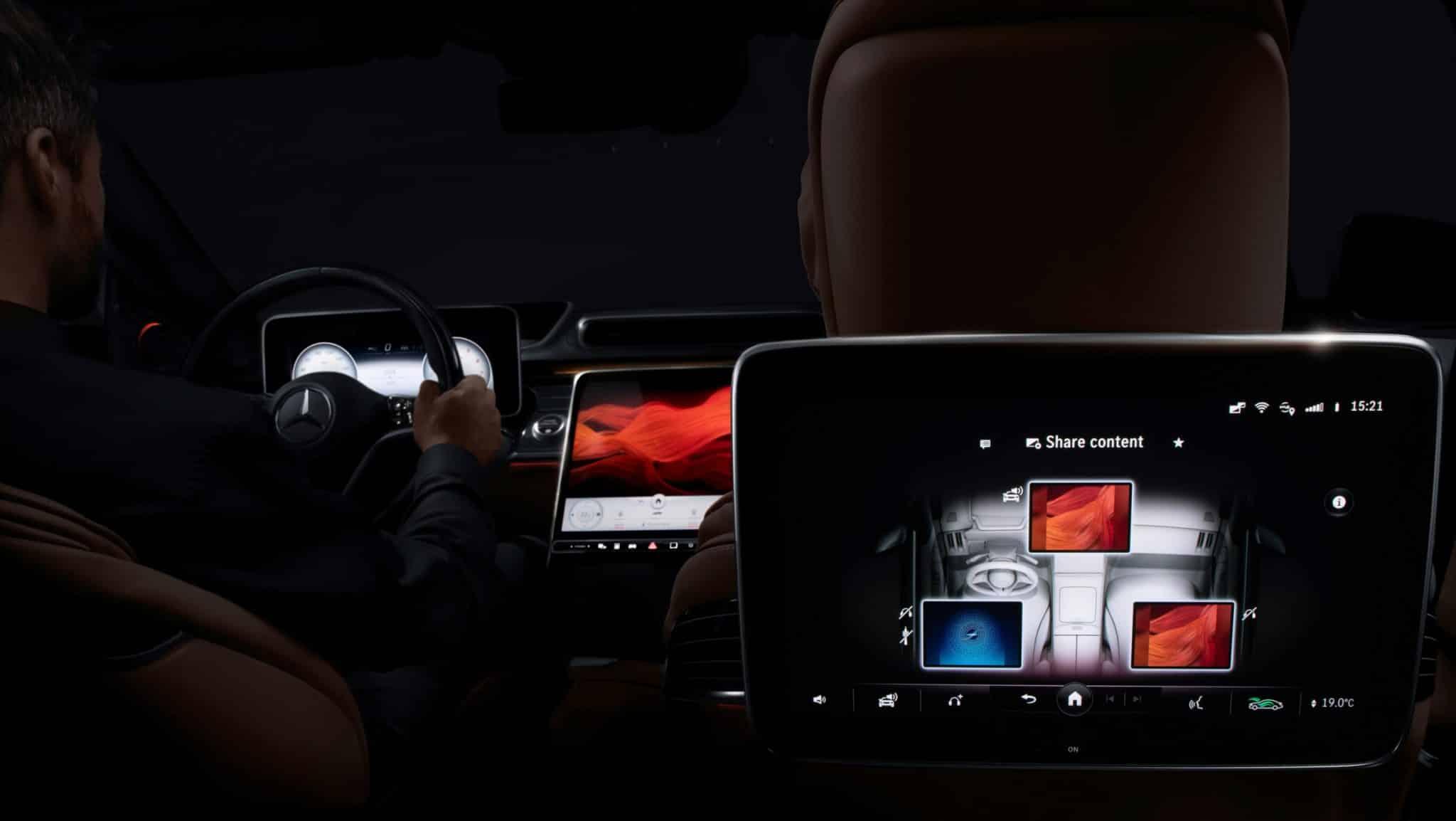 tri nové Mercedesy